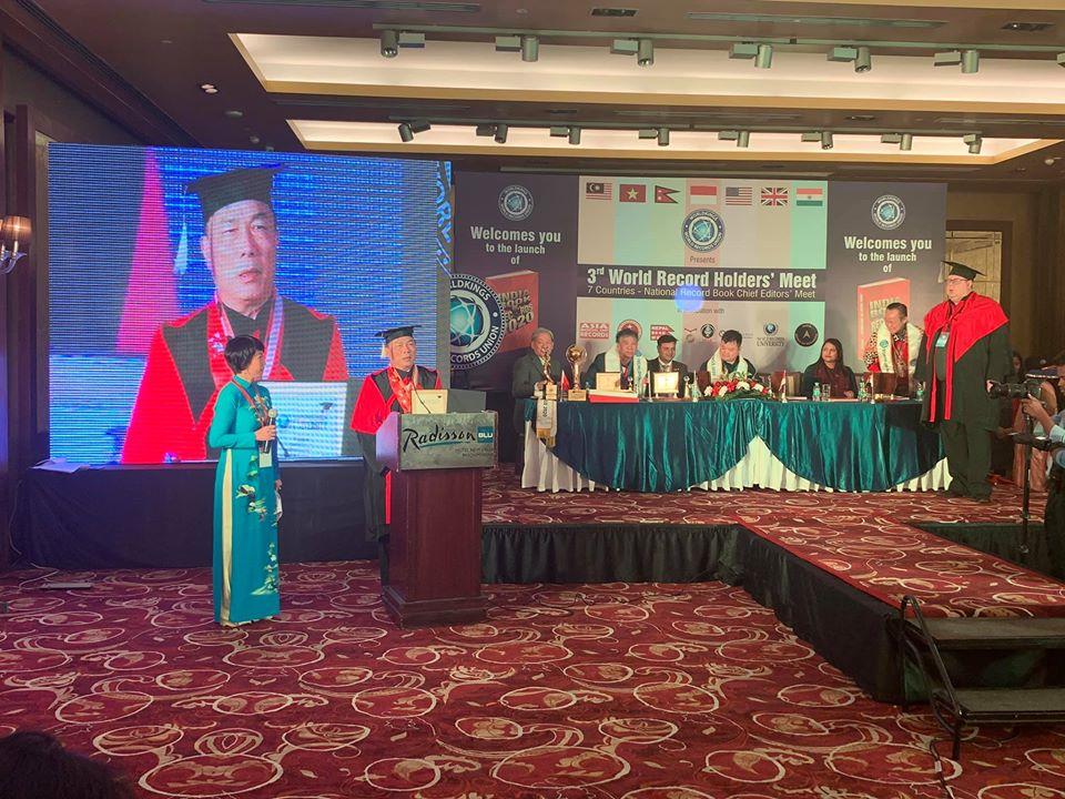 Doanh nhân Nguyễn Văn Đệ phát biểu cảm nhận tại buổi nhận bằng Tiến sĩ danh dự kỷ lục.