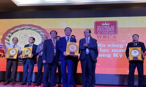 Doanh nhân TS. Nguyễn Văn Đệ nhận Giải thưởng Đĩa vàng cống hiến